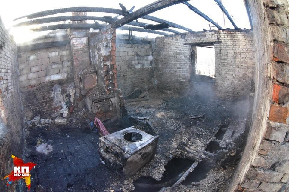 Дом выгорел почти полностью, остался только кирпичный остов.