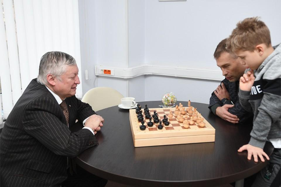 Василий Березуцкий с сыном и Анатолий Карпов играют в шахматы на Радио«Комсомольская правда»