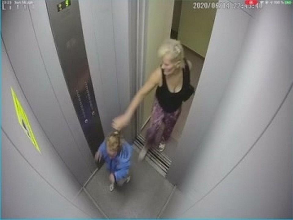 Это была бабушка: следком установил личность женщины, избившей в лифте ребенка