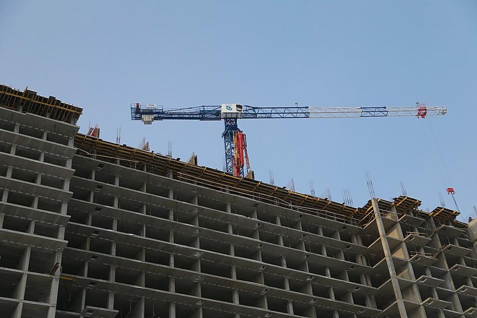 На стройке в Красноярске сорвался с высоты 10 этажа и разбился рабочий.