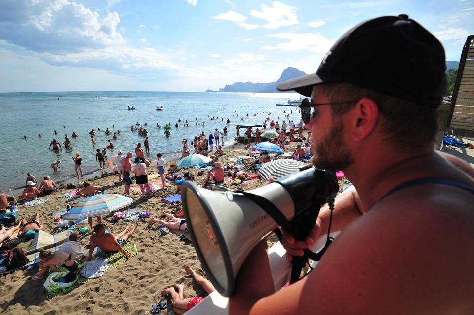 Отдыхающих просят соблюдать дистанцию, но проход на пляж не ограничен