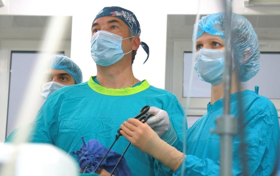 В Тюмени хирурги достали из живота девочки огромную опухоль в форме сердца.