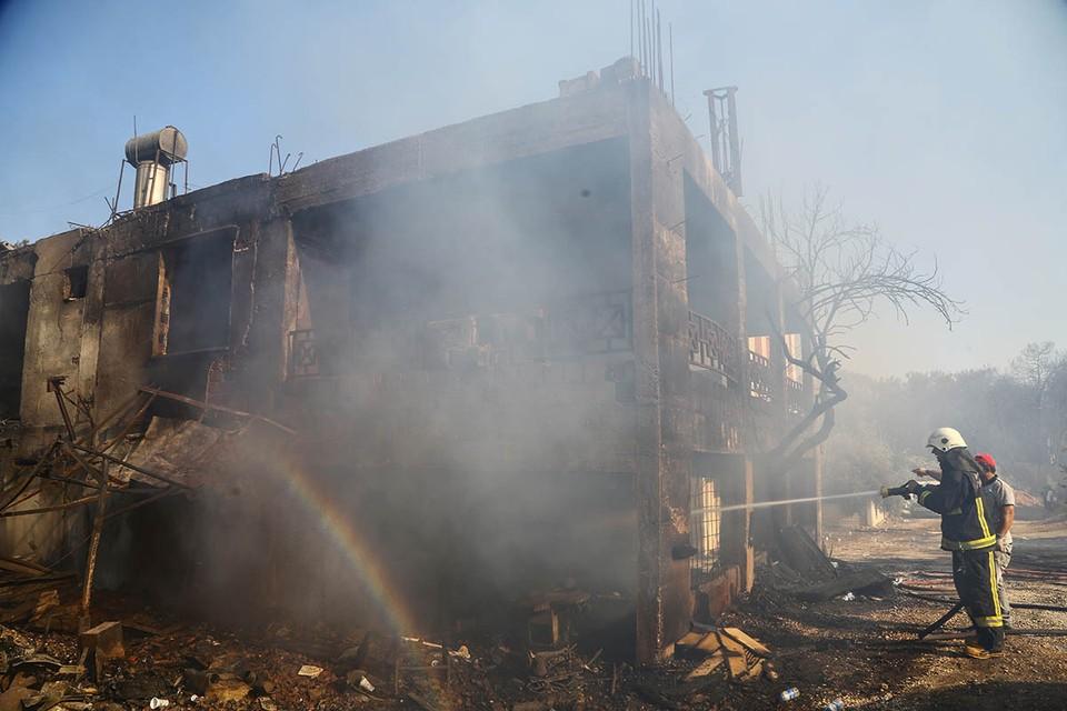 В среду огненная стихия подобралась к городу Манавгат и соседнему курорту Сиде.