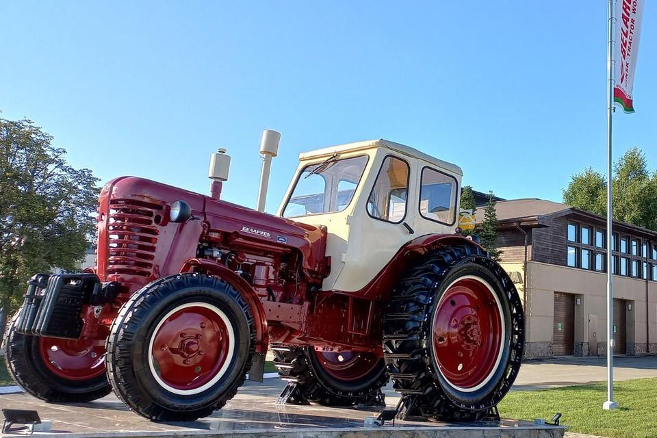 У памятника-трактора много символов, и один из них - благодарность сибиряков МТЗ за многие годы сотрудничества.