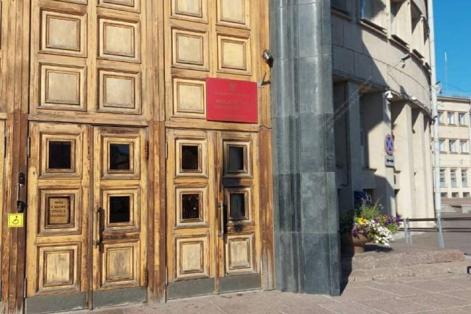 Суд показал обгоревшие двери администрации Московского района Петербурга / Фото: Объединенная пресс-служба судов Петербурга