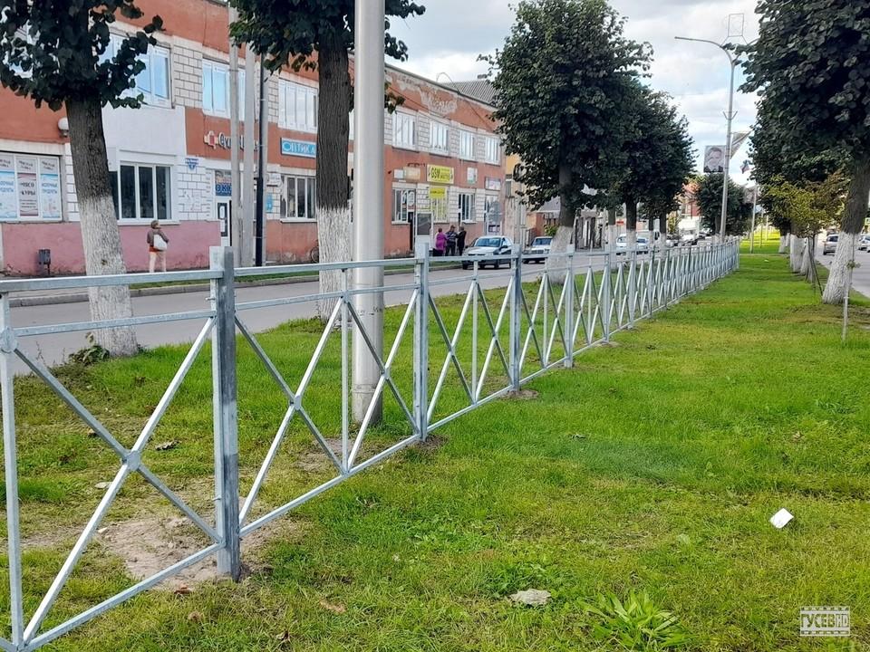Тротуарное ограждение на проспекте Ленина в Гусеве