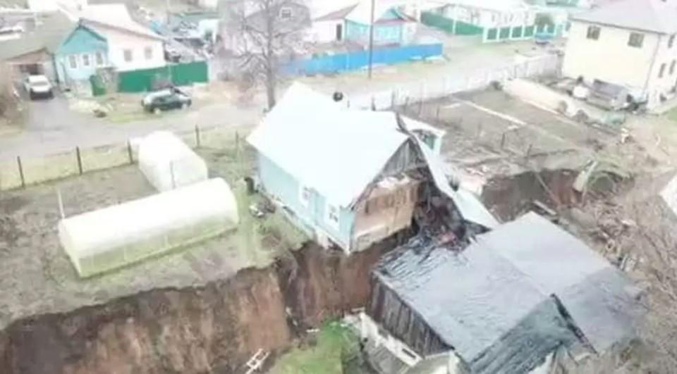Жилые дома продолжают сползать в овраг в деревне Караулово Нижегородской области. ФОТО: Андрей Богов