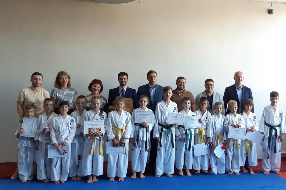 Юные спортсмены и почетные гости мероприятия.