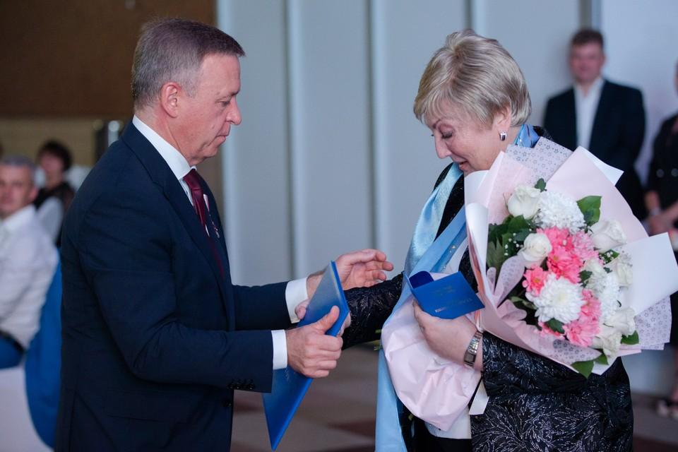 Мурашова Наталья Антоновна получает награду