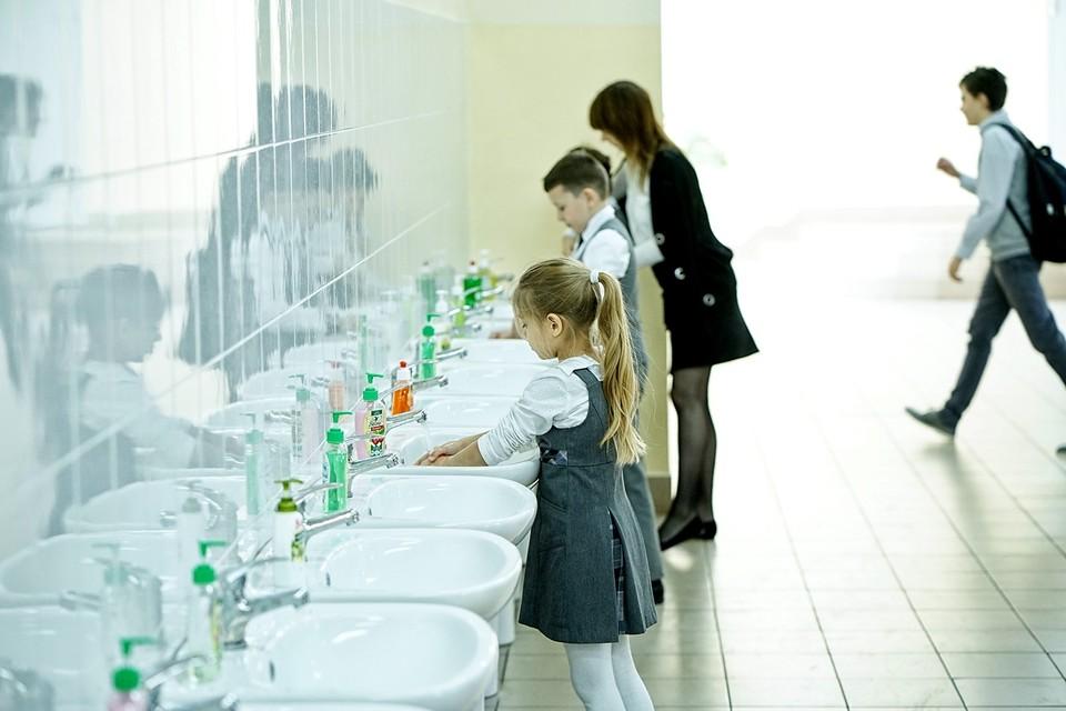 Медосмотры организуют в школах, чтобы дети лишний раз не находились в очередях поликлиник