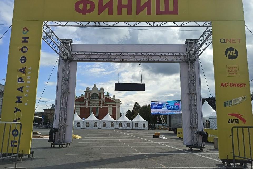 В центре Новосибирска начали подготовку к полумарафону Александра Раевича.