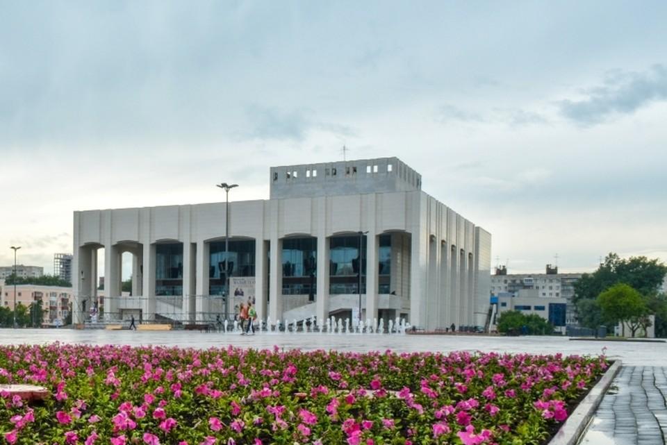 Здание театра было построено в 1982 году.