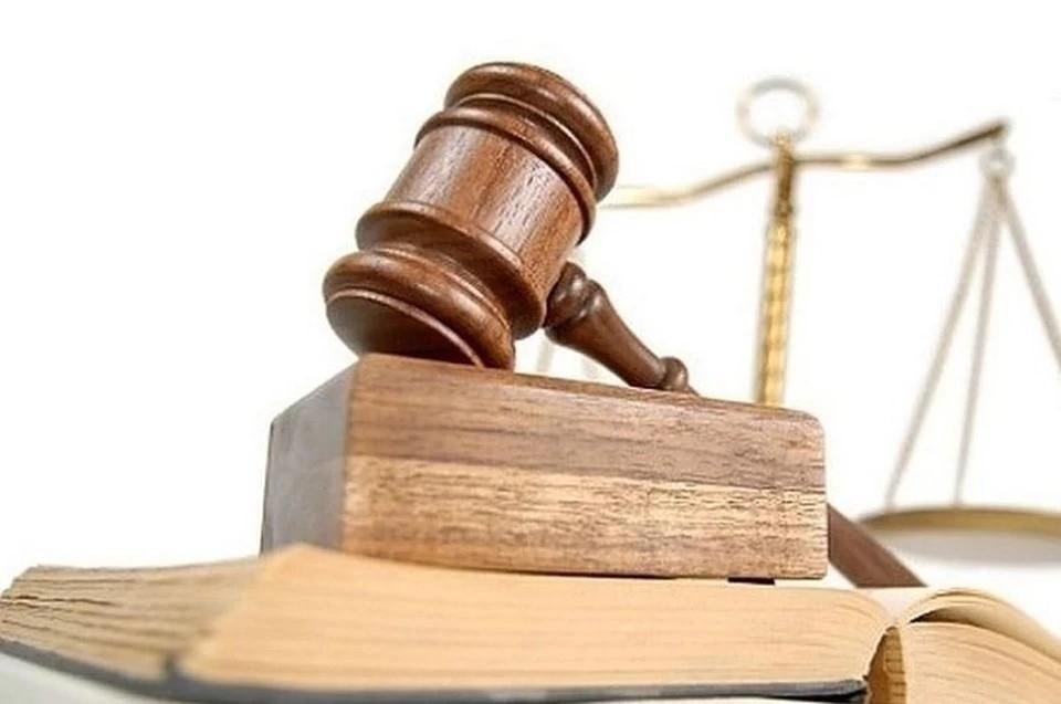 В Новосибирске вынесли приговор экс-полицейскому, который получил взятку новогодней елкой.