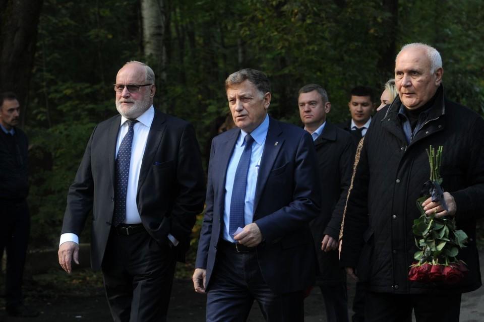 Глава ЗакСа Вячеслав Макаров прибыл на похороны министра Евгения Зиничева