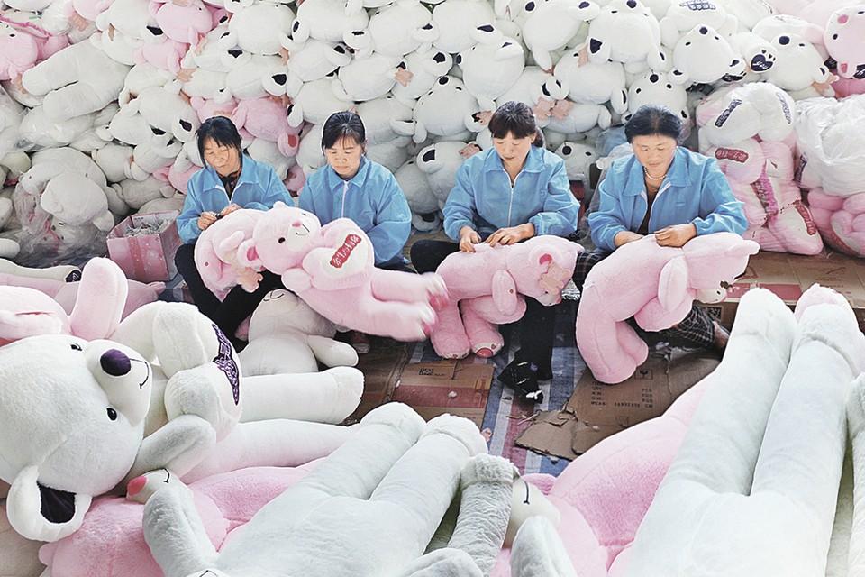 Хотя аппетиты китайских рабочих в последние годы выросли, Поднебесная все еще остается главной фабрикой всего мира. Клепают все: от смартфонов до мягких игрушек. Фото: Costfoto/Barcroft Media via Gett