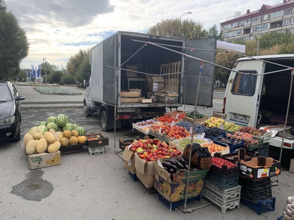 Почти тонну продукции изъяли у незаконно торгующих на улицах тюменцев.