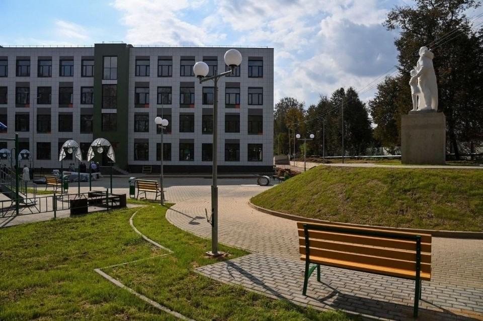 Памятник посвящен учителям и ученикам, погибшим в годы Великой Отечественной войны.