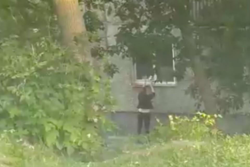 У окна «магазина» стоит даже звонок. Фото: стоп-кадр с видео «АСТ-54»