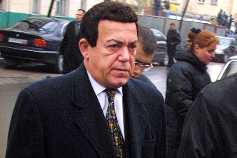 Октябрь 2002-го, Иосиф Кобзон направляется в здание на переговоры с террористами.