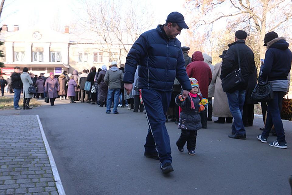 Между тем, десятки и сотни фотографий с избирательных участков Луганска. Донецка, Краснодона, Стаханова и других городов Новороссии показывают – народ в регионе пошел на выборы, пошел массово, охотно