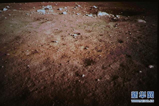 """Китайцы сфотографировали поверхность Луны и без """"зайца"""" - она коричневая."""